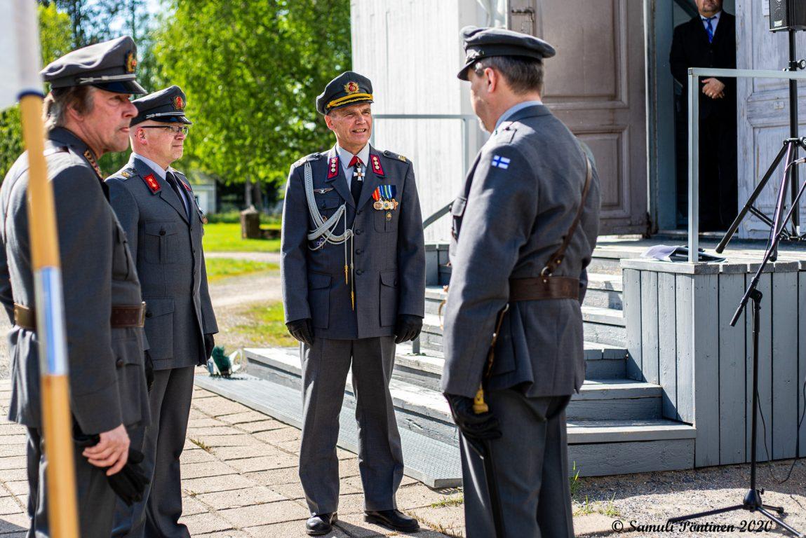 Neljä sotilasta keskustelemassa Lapuan tuomiokirkon pihassa.
